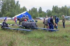 Män som förbereder sig för ett hoppa fallskärmhopp, ledare fotografering för bildbyråer