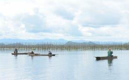 Män som fiskar i den sötvattens- sjön Arkivfoton