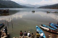 Män som fiskar i sjön Pokhara Nepal arkivfoto