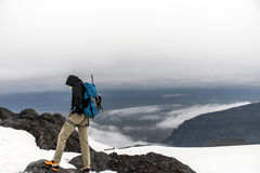 Män som fotvandrar den glaciärHvannadalshnukur toppmötet i det Island berglandskapet Vatnajokull, parkerar 2 Royaltyfri Fotografi
