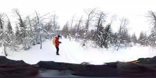 Män som går i den djupa vinterskogen - 360 virtuell verklighet första Person View royaltyfri foto