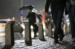 Män som går på trottoaren Fotografering för Bildbyråer