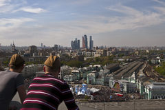 Män som håller ögonen på Victory Parade, Moskva, Ryssland Fotografering för Bildbyråer