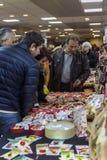 Män som köper martisoare för att fira början av våren på mars Arkivbilder