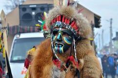Män som kläs som afrikanska krigare med hårgarnering och djura hudar på traditionellt Pereberia hjälpmedels kläders för ändring k royaltyfri bild