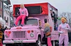 Män som kläs som blondiner som dansar och sjunger på Pereberia hjälpmedels kläders för ändring karneval arkivfoto