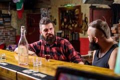 Män som kopplar av på stången Starka alkoholdrinkar fredag avkoppling i stång Vänner som kopplar av i stång eller bar intressera royaltyfri fotografi