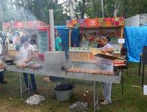 Män som lagar mat marinerad shashlik royaltyfri bild