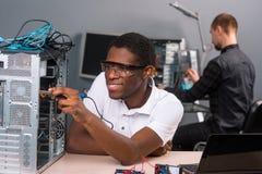 Män som reparerar elektronik arkivbilder