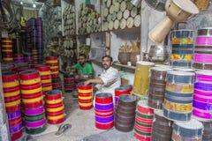 Män som reparerar musikmusikinstrument i Lahore Pakistan arkivfoto