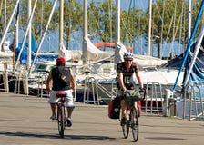 Män som rider cyklar på sjöGenève i Lausanne Schweiz Royaltyfri Fotografi