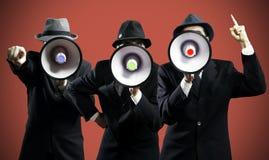 Män som ropar i en megafon Arkivfoto