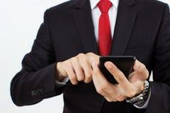 Män som rymmer den mobila telefonen Arkivbild