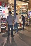 Män som shoppar i den storslagna basaren i Istanbul, Turkiet April 2016 Arkivbilder