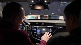 Män som sitter bak hjulet, betraktar bilen den inre närbilden inom lager videofilmer