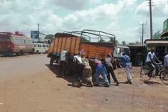 Män som skjuter en lastbil - Kenya - Afrika Royaltyfri Foto