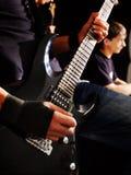 Män som spelar gitarren Arkivfoton