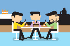 Män som spelar mobilen Arkivfoto