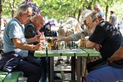 Män som spelar schack i en stadsfyrkant i Stockholm Arkivbilder