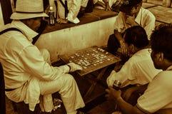 M?n som spelar Shogi, japanskt schack arkivbilder