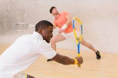 Män som spelar squash arkivfoton