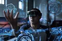 Män som spelar virtuell verklighet med hololens Arkivfoto