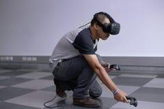 Män som spelar virtuell verklighet med Hololens med effekter Arkivbilder