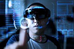 Män som spelar virtuell verklighet med Hololens med effekter Fotografering för Bildbyråer