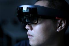 Män som spelar virtuell verklighet med Hololens med effekter Royaltyfria Bilder