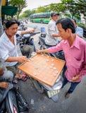 2 män som spelar Xiangqi i Vietnam Arkivbilder