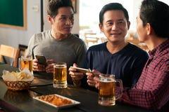 Män som spenderar tid i bar royaltyfri bild