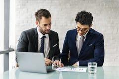 Män som talar begrepp för affärsanalys royaltyfri fotografi
