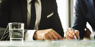 Män som talar begrepp för affärsanalys arkivfoton