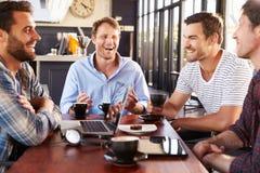 Män som talar på en coffee shop royaltyfri fotografi
