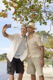 Män som tar en selfie med mobiltelefonen Arkivfoto