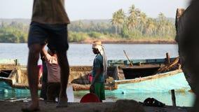 Män som tar sand ut ur ett sjunkande fartyg i Goa stock video