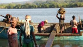 Män som tar sand ut ur ett sjunkande fartyg i Goa arkivfilmer