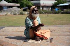 Män som tigger för pengar från turister på vägrenen, medan solen är varm Fotografering för Bildbyråer