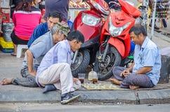 Män som tvärs in spelar leken för nationellt bräde på Ho Chi Minh Royaltyfri Fotografi