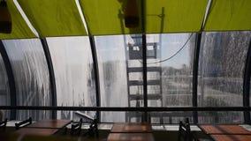 Män som tvättar fönster Skuggor av män som tvättar brofönstret stock video