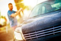 Män som tvättar hans bil arkivfoton