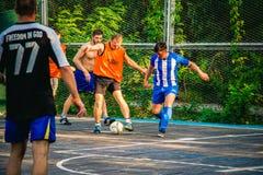 Män spelar fotboll, sporten, leken 2017 Royaltyfri Foto