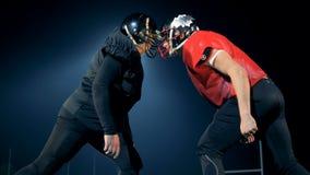 Män står head - - head, klart att spela amerikansk fotboll på en stadion 4K lager videofilmer
