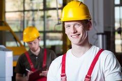 Män under arbete på fabriken Arkivfoto