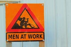 män undertecknar arbete Royaltyfria Bilder