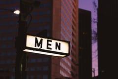 Män undertecknar endast in den stads- staden på natten royaltyfri fotografi