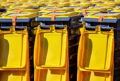 Mängder av soptunnor för selektiv sortering arkivfoton