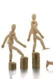 Männchen, die weg Münzenstapel fallen Stockbilder