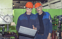 Männer arbeiten an der alten Fabrik für die Installation der Ausrüstung Lizenzfreies Stockfoto