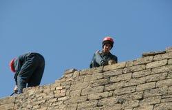 Männer arbeiten an einer Backsteinmauer in Baku, Aserbaidschan Stockfoto